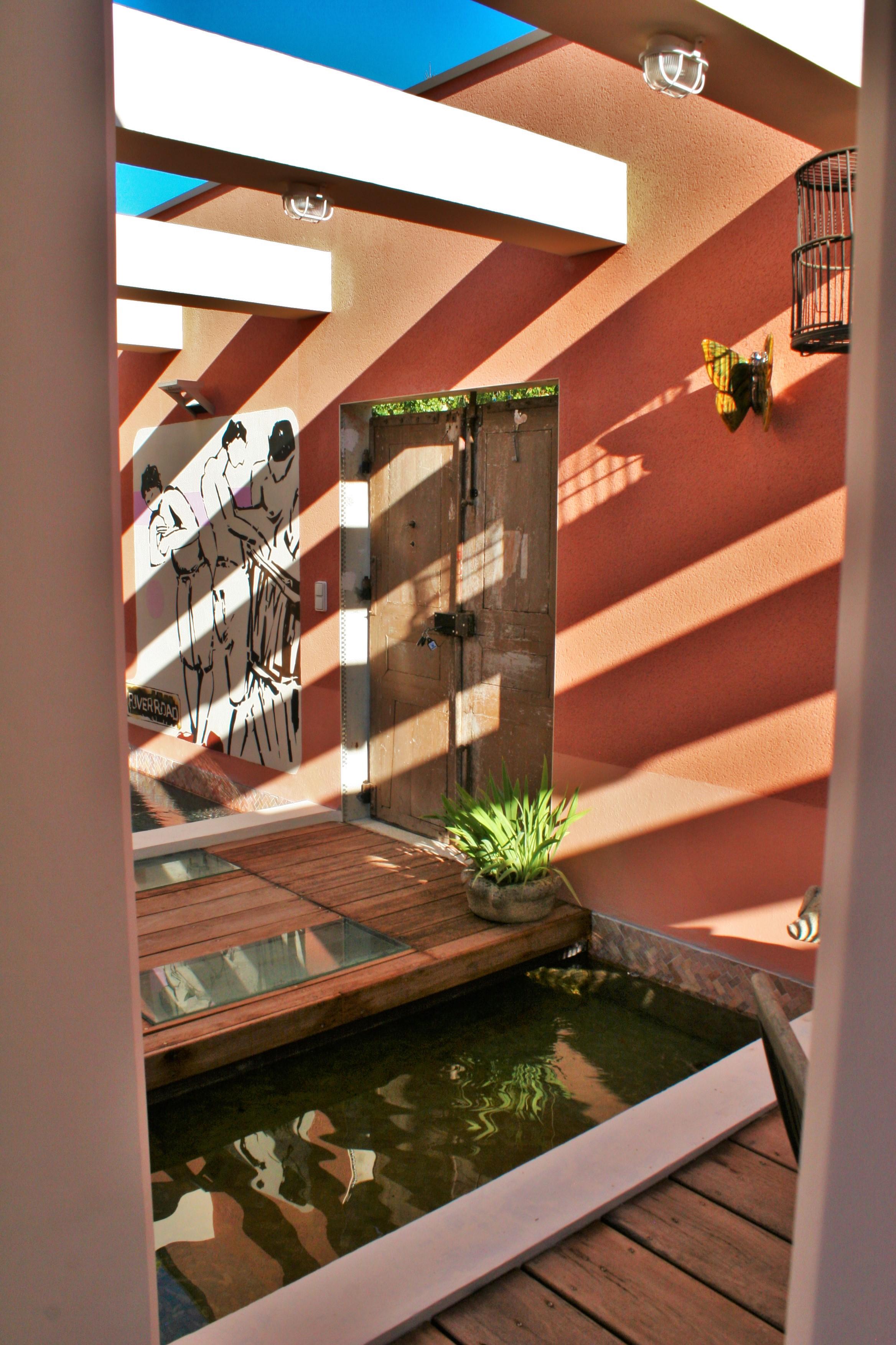 B: piscine, bassin intérieur